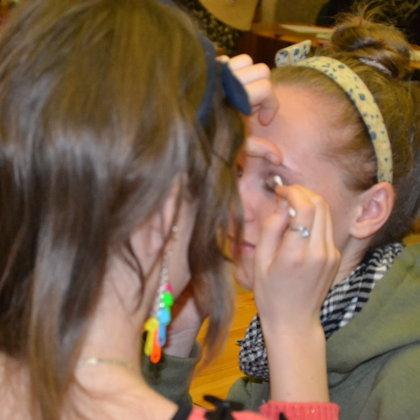 Kāds iejuties modeļa lomā, kāds makeup mākslinieka lomā.